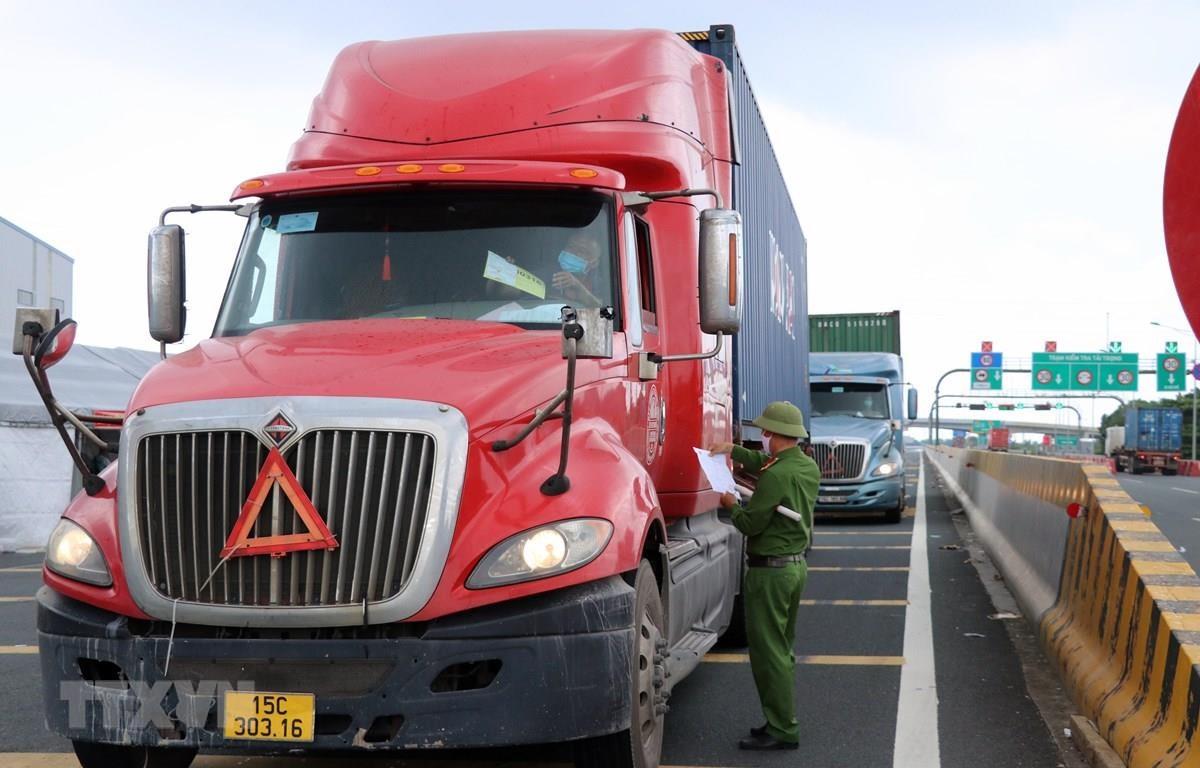 Lực lượng chức năng kiểm tra một phương tiện vận chuyển hàng hóa. (Ảnh: TTXVN)