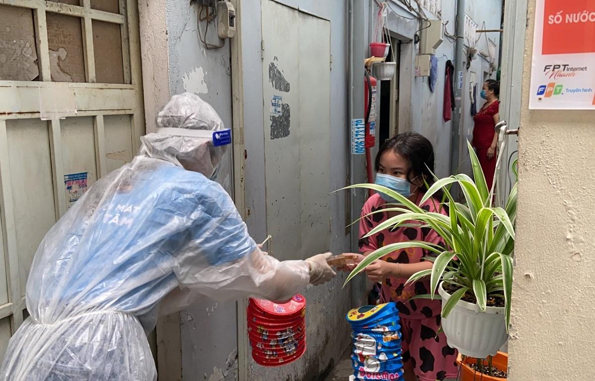 Trẻ em trong khu vực phong tỏa được tặng quà Trung Thu. (Ảnh: CTV/Vietnam+)