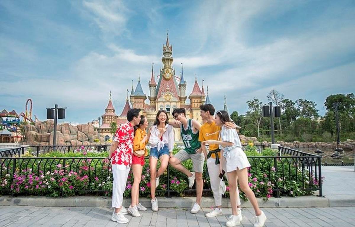 Giới trẻ trải nghiệm Phú Quốc. (Ảnh: CTV/Vietnam+)