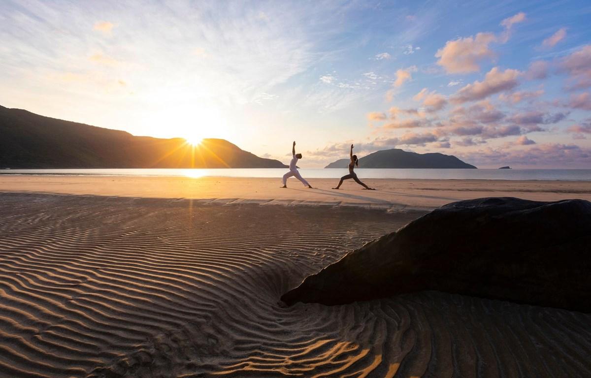 Du khách nghỉ dưỡng kết hợp thiền, yoga ven biển Côn Đảo. (Ảnh: CTV/Vietnam+)