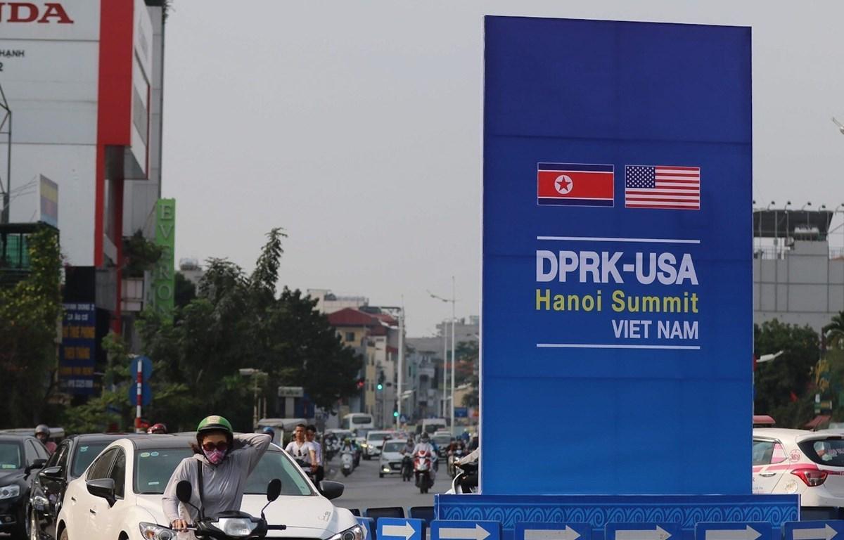 Pano chào mừng Hội nghị thượng đỉnh Mỹ - Triều Tiên trên các tuyến phố Hà Nội. (Ảnh: Trọng Đạt - TTXVN)