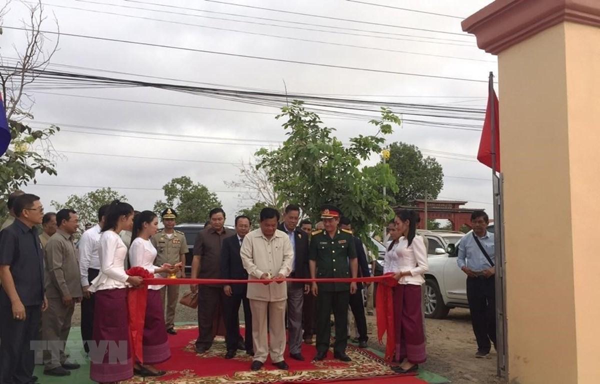 Quang cảnh lễ cắt băng khánh thành Đài hữu nghị. Ảnh: Nhóm P/v CQTT TTXVN tại Campuchia