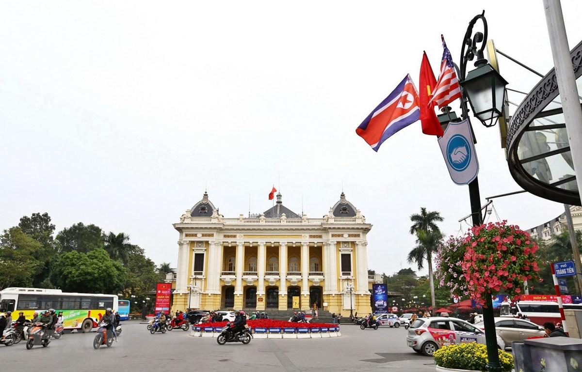 Cờ và hoa tươi được trang trí trước khu vực Nhà hát Lớn Hà Nội trước thềm Hội nghị thượng đỉnh Mỹ-Triều lần thứ hai. (Ảnh: Minh Quyết/TTXVN)