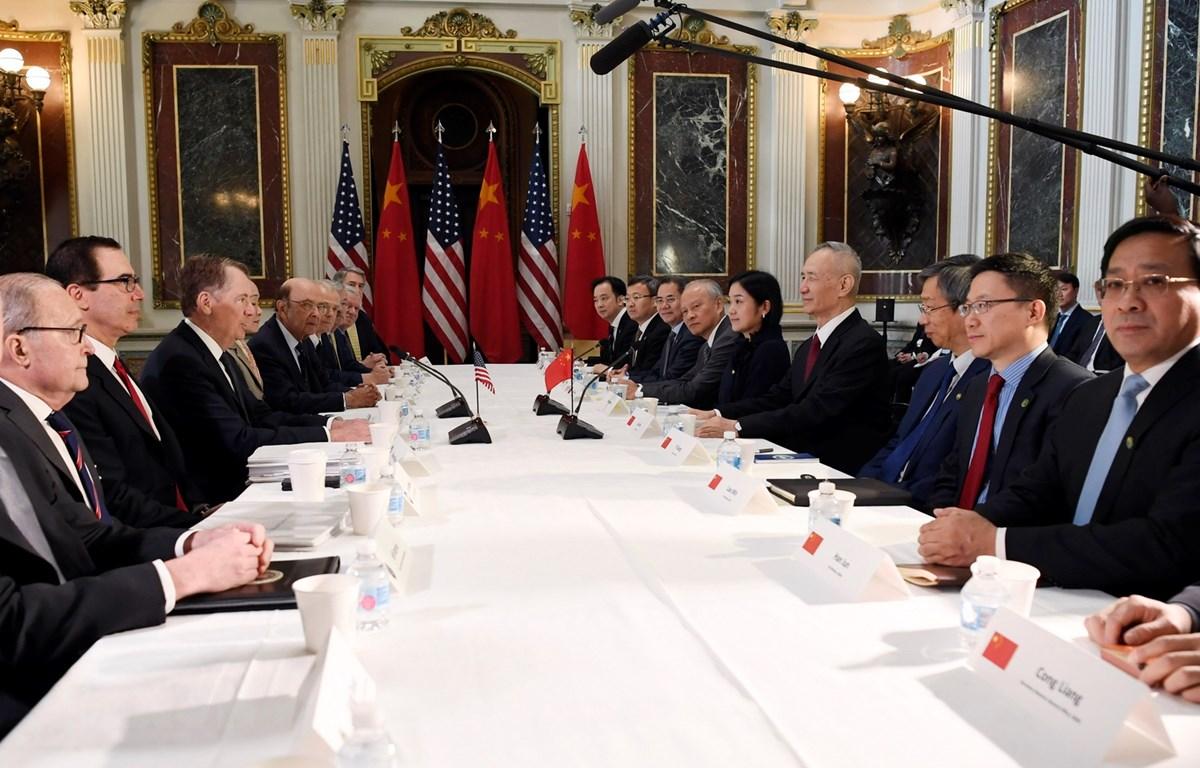 Bộ trưởng Tài chính Mỹ Steven Mnuchin (thứ 2, trái), Đại diện Thương mại Mỹ Robert Lighthizer (thứ 3, trái) trong cuộc đàm phán thương mại với phái đoàn Trung Quốc do Phó Thủ tướng Lưu Hạc (thứ 4, phải) dẫn đầu. (Ảnh: THX/TTXVN)