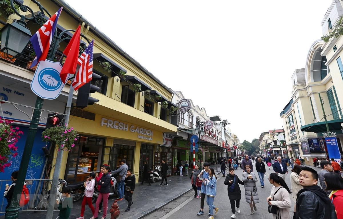 Cờ Mỹ, cờ Triều Tiền và cờ Việt Nam được trang trí tại đường phố ở Hà Nội. (Ảnh: Minh Quyết/TTXVN)
