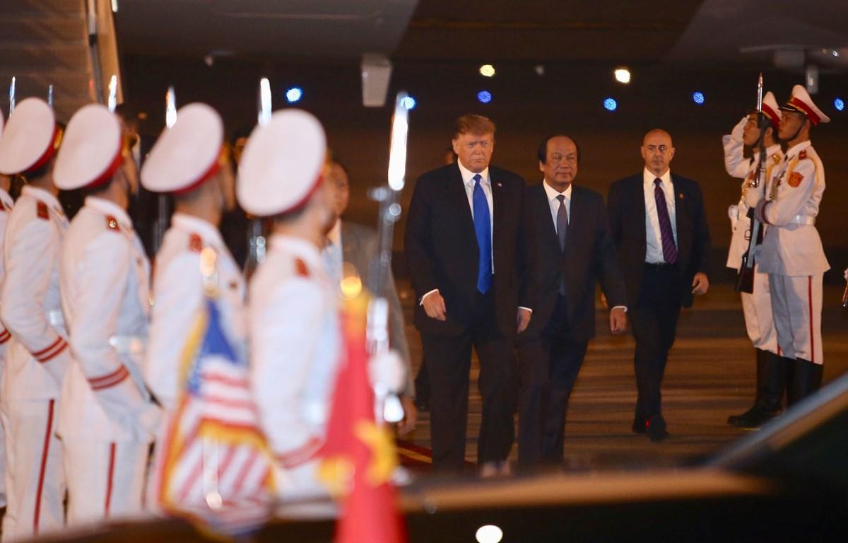 Bộ trưởng Chủ nhiệm Văn phòng Chính phủ Mai Tiến Dũng đón Tổng thống Mỹ Donald Trump tại sân bay Nội Bài (Ảnh: Vietnam+)