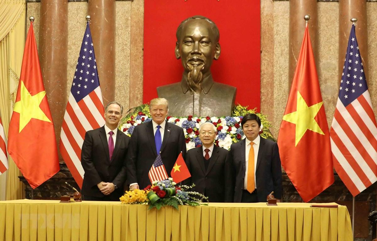 Tổng Bí thư, Chủ tịch nước Nguyễn Phú Trọng và Tổng thống Hoa Kỳ Donald Trump với các đại biểu tham gia ký kết thỏa thuận thương mại giữa VietjetAir và Công ty General Electric. Ảnh: Phương Hoa/TTXVN