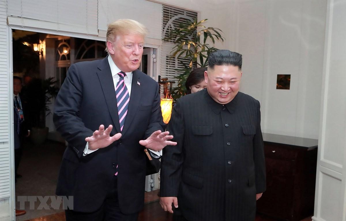Tổng thống Mỹ Donald Trump (trái) và Chủ tịch Triều Tiên Kim Jong-un trong cuộc gặp đầu tiên ở Hà Nội ngày 27/2/2019. (Ảnh: AFP/TTXVN)
