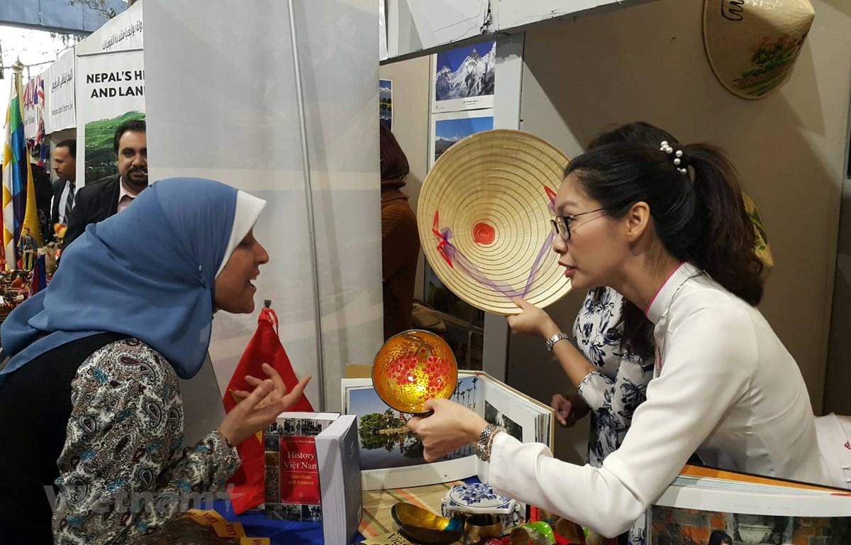 Gian trưng bày của Đại sứ quán Việt Nam thu hút sự chú ý của khách tham quan quốc tế. (Ảnh: Trương Anh Tuấn/Vietnam+)