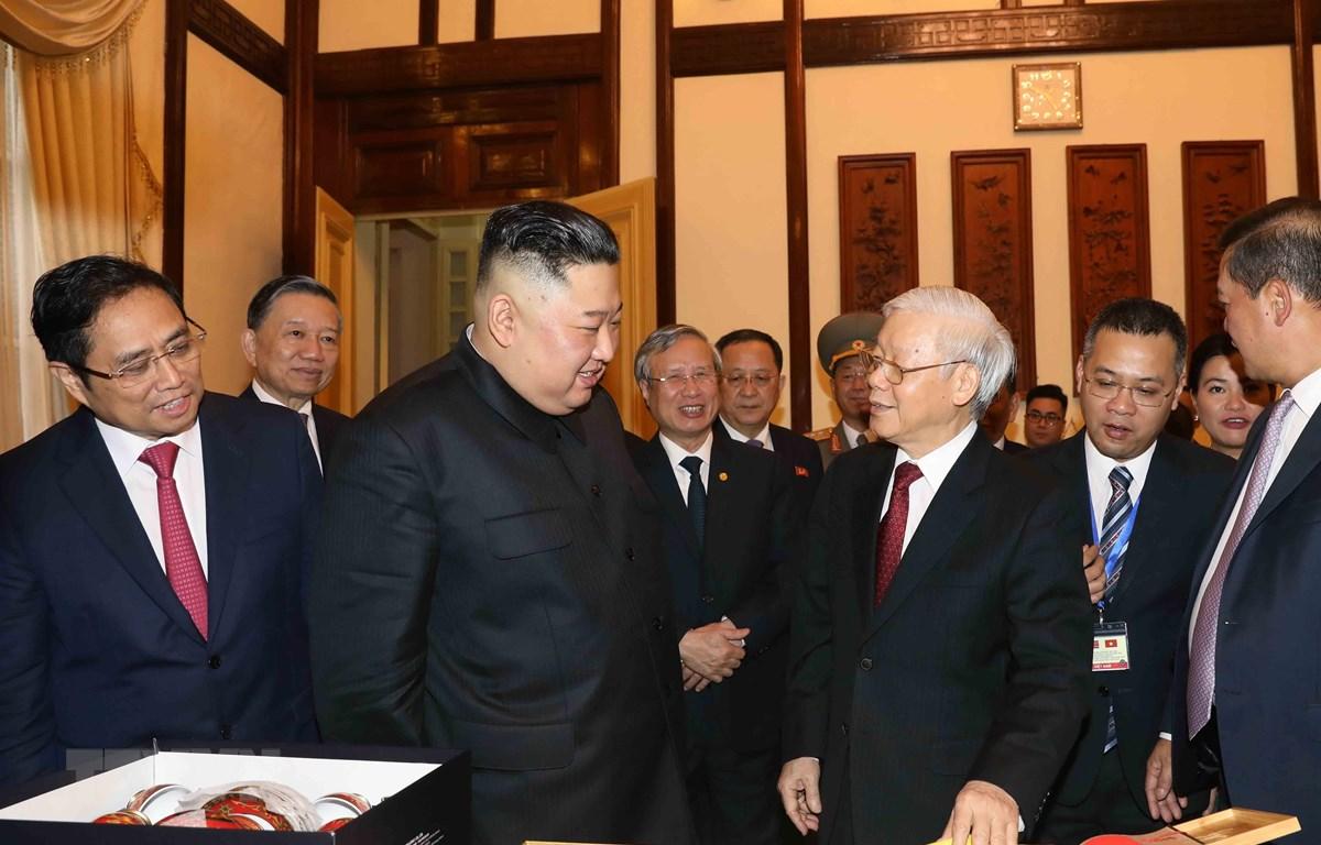 Tổng Bí thư, Chủ tịch nước Nguyễn Phú Trọng và Chủ tịch Triều Tiên Kim Jong-un giới thiệu và trao đổi tặng phẩm. (Ảnh: Phương Hoa/TTXVN)