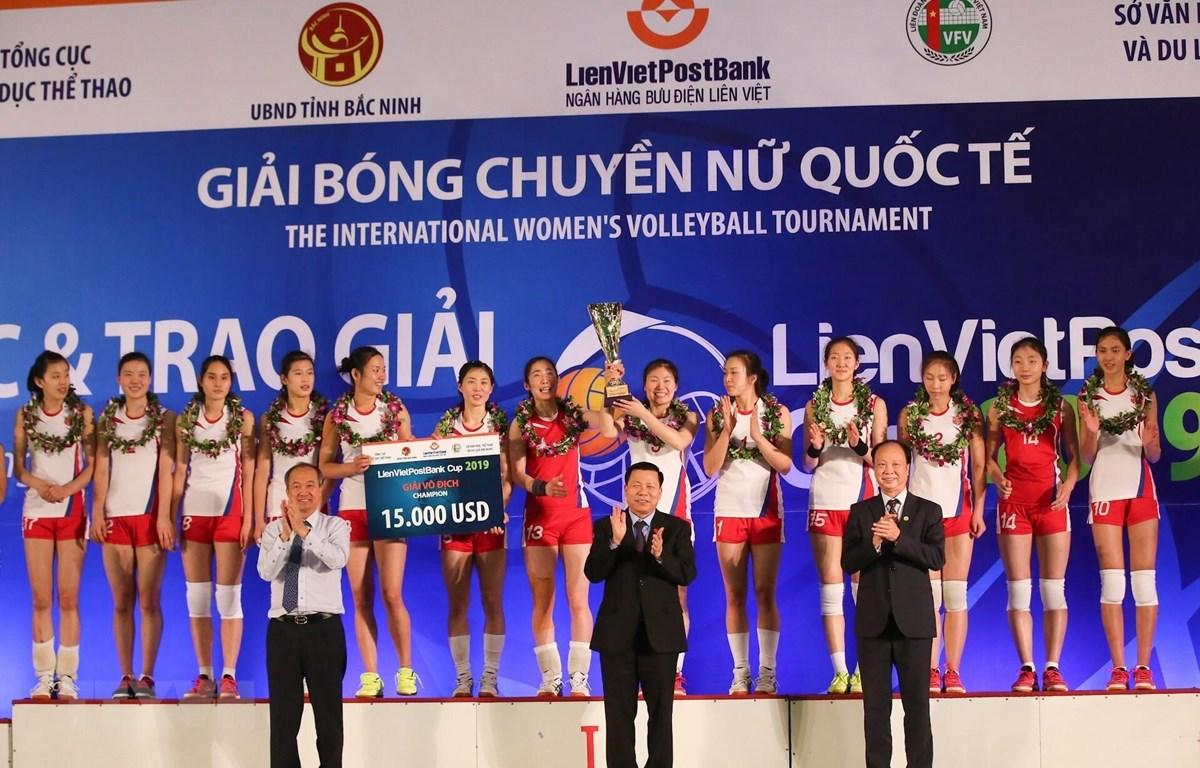 Ban tổ chức trao cúp vô địch cho đội tuyển Triều Tiên. (Ảnh: Trọng Đạt/TTXVN)
