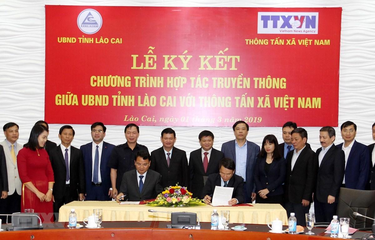 Lễ ký kết hợp tác truyền thông giữa Ủy ban Nhân dân tỉnh Lào Cai với Thông tấn xã Việt Nam. (Ảnh: Quốc Khánh/TTXVN)
