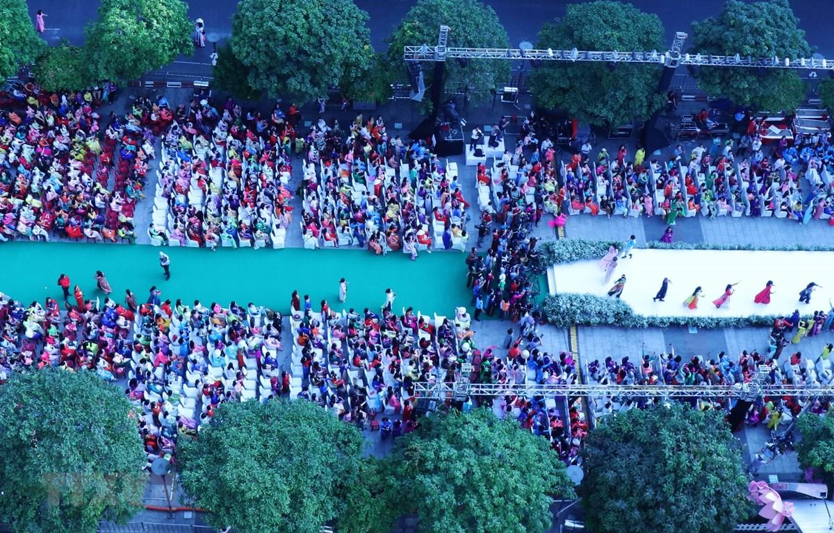 Màn đồng diễn áo dài thành hình cây đại thụ, thể hiện ý nghĩa về thành phố xanh, văn minh, yêu chuộc hòa bình và mến khách. Ảnh: Gia Thuận/TTXVN
