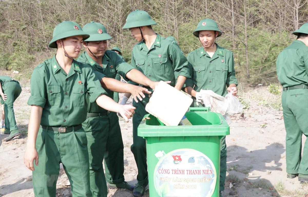 Bộ đội biên phòng tham gia dọn rác tại bãi biển. (Ảnh minh họa: Huỳnh Phúc Hậu/TTXVN)