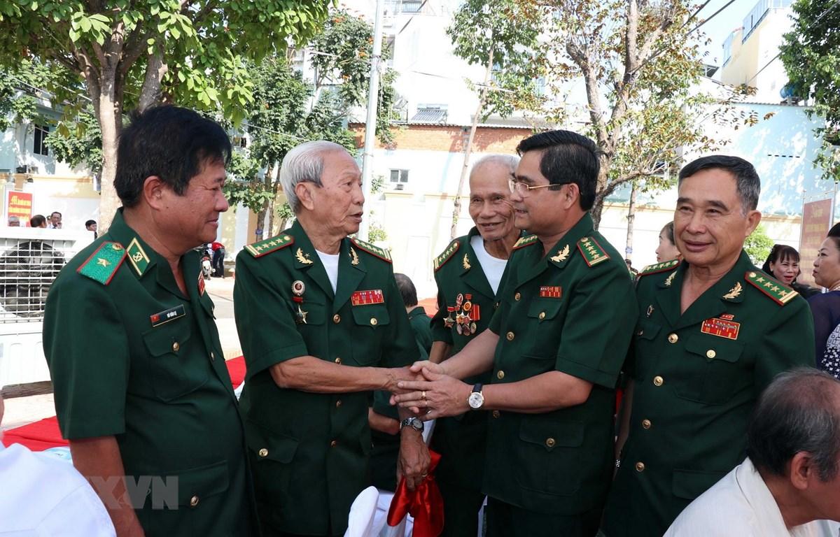 Đại tá Tô Danh Út, Chỉ huy trưởng Bộ đội Biên phòng Thành phố Hồ Chí Minh (thứ hai từ phải sang) gặp gỡ các cựu chiến binh Bộ đội Biên phòng. (Ảnh: Xuân Khu/TTXVN)