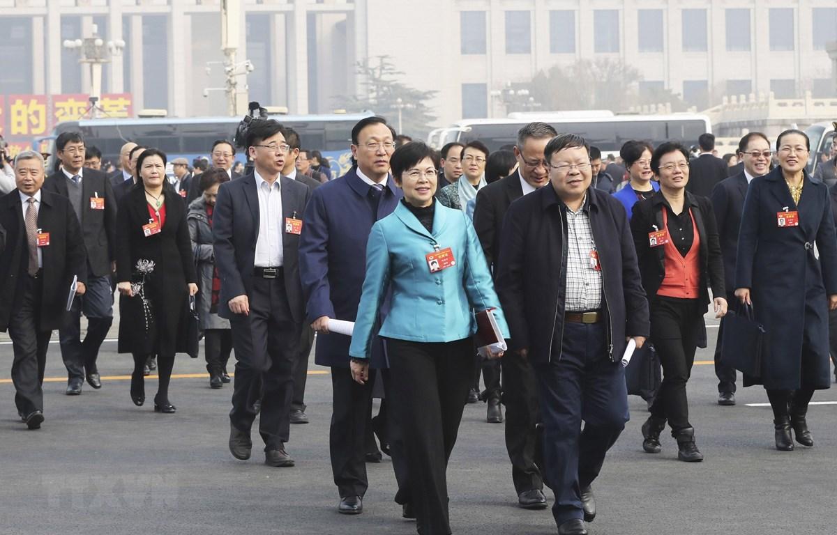 Các đại biểu tới dự Kỳ họp lần thứ hai, khóa XIII Hội nghị Chính trị Hiệp thương Nhân dân toàn quốc Trung Quốc tại Bắc Kinh ngày 3/3. (Ảnh: THX/ TTXVN)