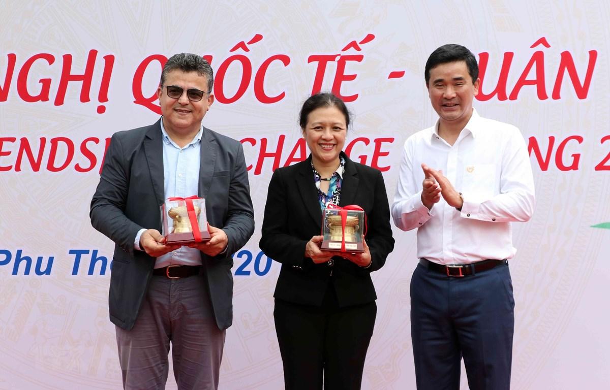 Phó Chủ tịch UBND tỉnh Phú Thọ Hồ Đại Dũng tặng quà lưu niệm cho bà Nguyễn Phương Nga (giữa) và Đại sứ Palestine tại Việt Nam Saadi Salama. (Ảnh: Văn Điệp/ TTXVN)