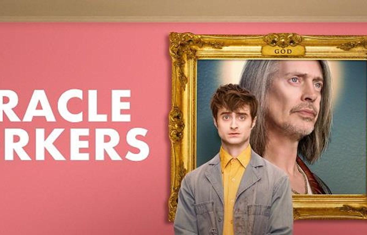 Daniel Radcliffe hóa thân thành... thiên thần trong 'Miracle workers.' (Nguồn: Qnet)