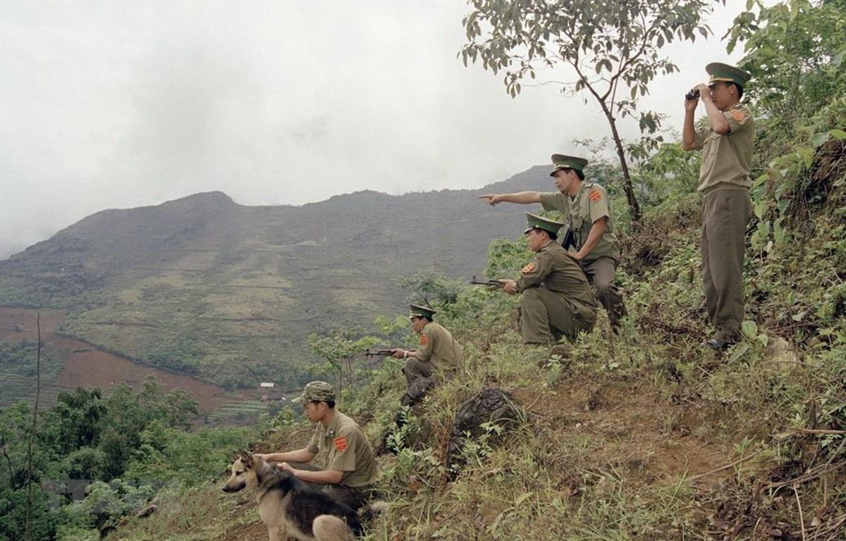 Chiến sỹ Đồn Biên phòng Simacai (Lào Cai) tuần tra bảo vệ biên giới. (Ảnh: Nhan Sáng/TTXVN)