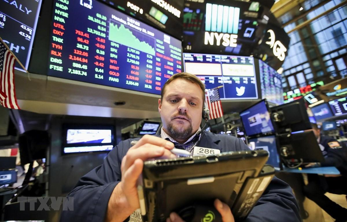 Các nhà đầu tư tại sàn giao dịch chứng khoán New York, Mỹ. (Ảnh: THX/TTXVN)