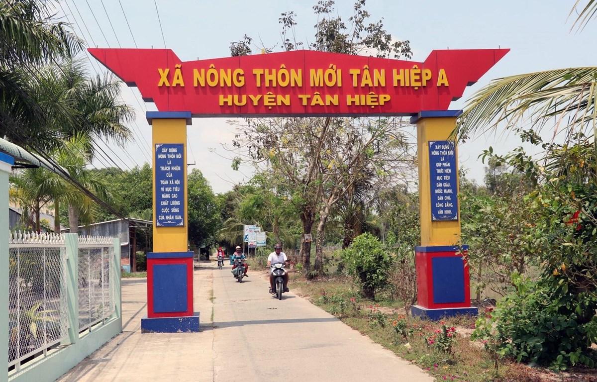 Đường giao thông ở xã nông thôn mới Tân Hiệp A, huyện Tân Hiệp, tỉnh Kiên Giang. Ảnh: Lê Huy Hải/TTXVN)