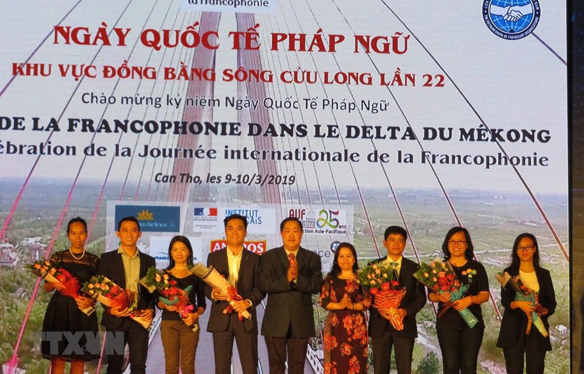 Tặng hoa cho các tổ chức, cá nhân có nhiều đóng góp cho hoạt động kết nối Pháp-Việt. (Ảnh: Ánh Tuyết/TTXVN)