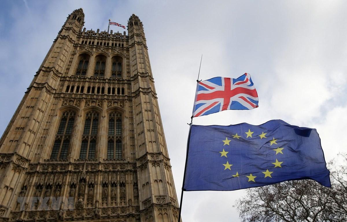 Cờ Anh (phía trên) và cờ EU (phía dưới) bên ngoài tòa nhà Quốc hội ở London, Anh, ngày 9/1/2019. (Ảnh: THX/TTXVN)