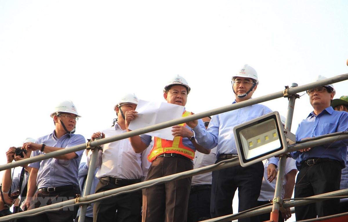Bí thư Thành ủy Thành phố Hồ Chí Minh Nguyễn Thiện nhân khảo sát thực địa dự án. (Ảnh: Xuân Tình/TTXVN)