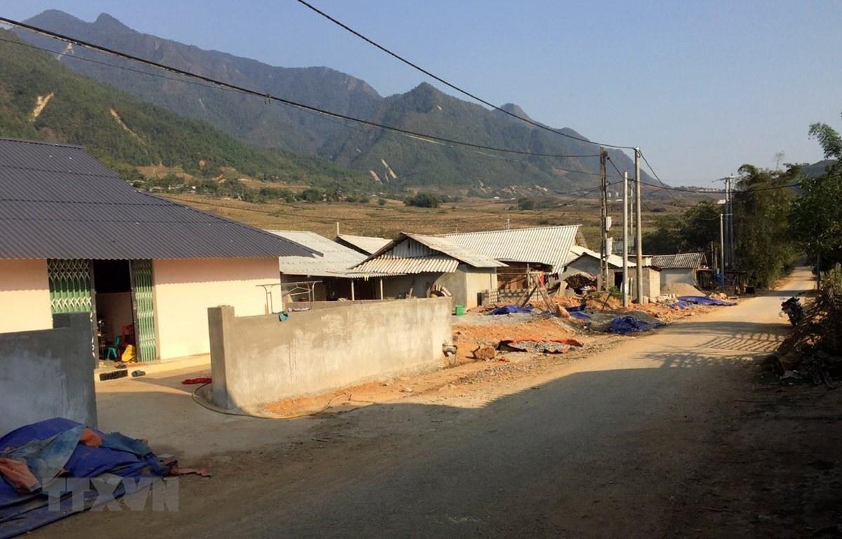 Điểm di dời 37 hộ dân Hua Cưởm 1 được đầu tư xây dựng đồng bộ đường giao thông đi lại thuận lợi và điện thắp sáng, nước sinh hoạt. (Ảnh: Việt Hoàng/TTXVN)