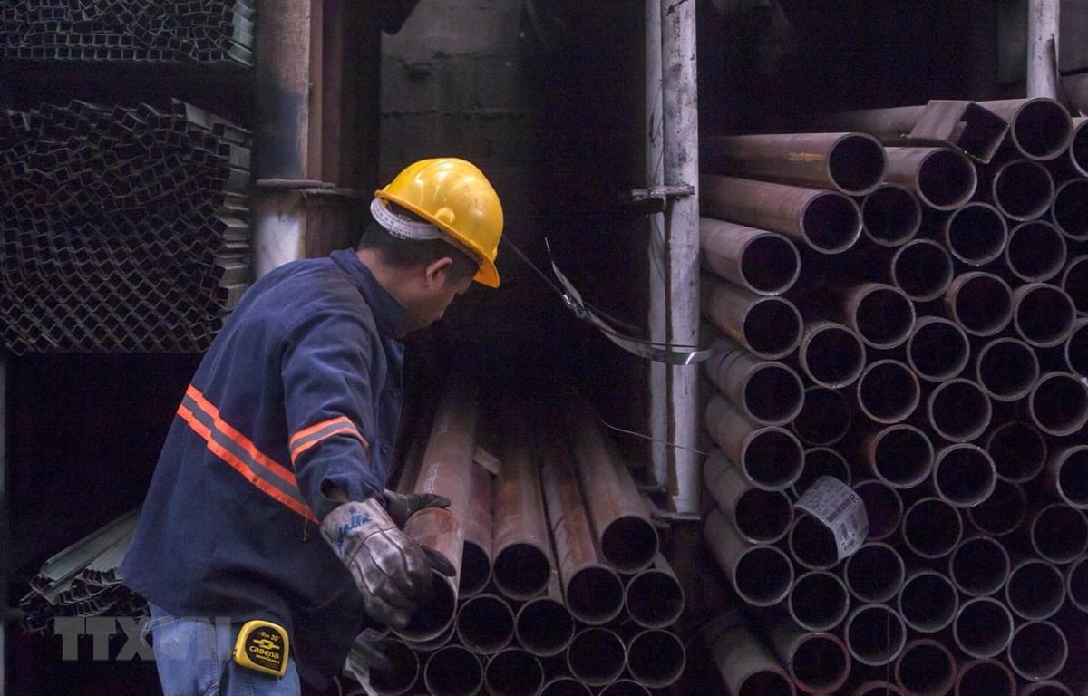 Công nhân làm việc tại nhà máy phân phối thép ở Monterrey, Bắc Mexico. (Ảnh: AFP/TTXVN)