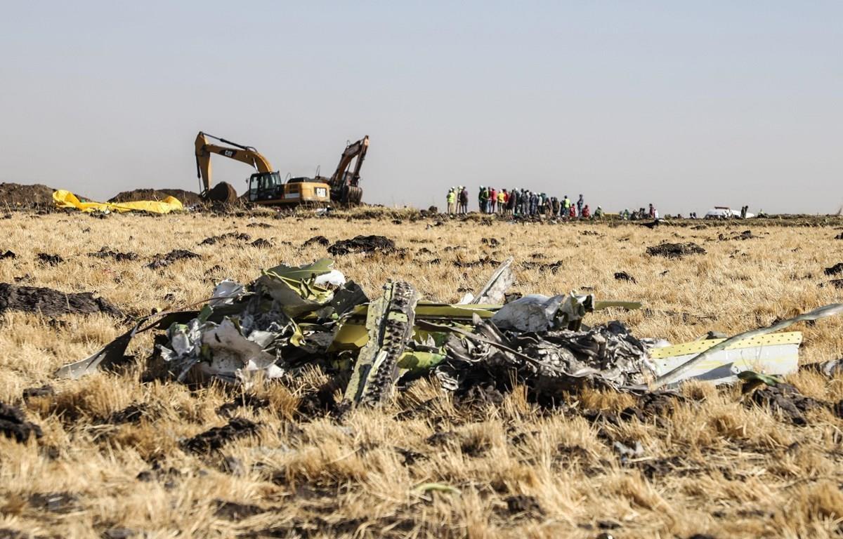 Hiện trường vụ rơi máy bay Boeing 737-8 MAX của Hãng hàng không Ethiopian Airlines tại thị trấn Bishoftu ngày 11/3/2019. (Ảnh: AFP/TTXVN)