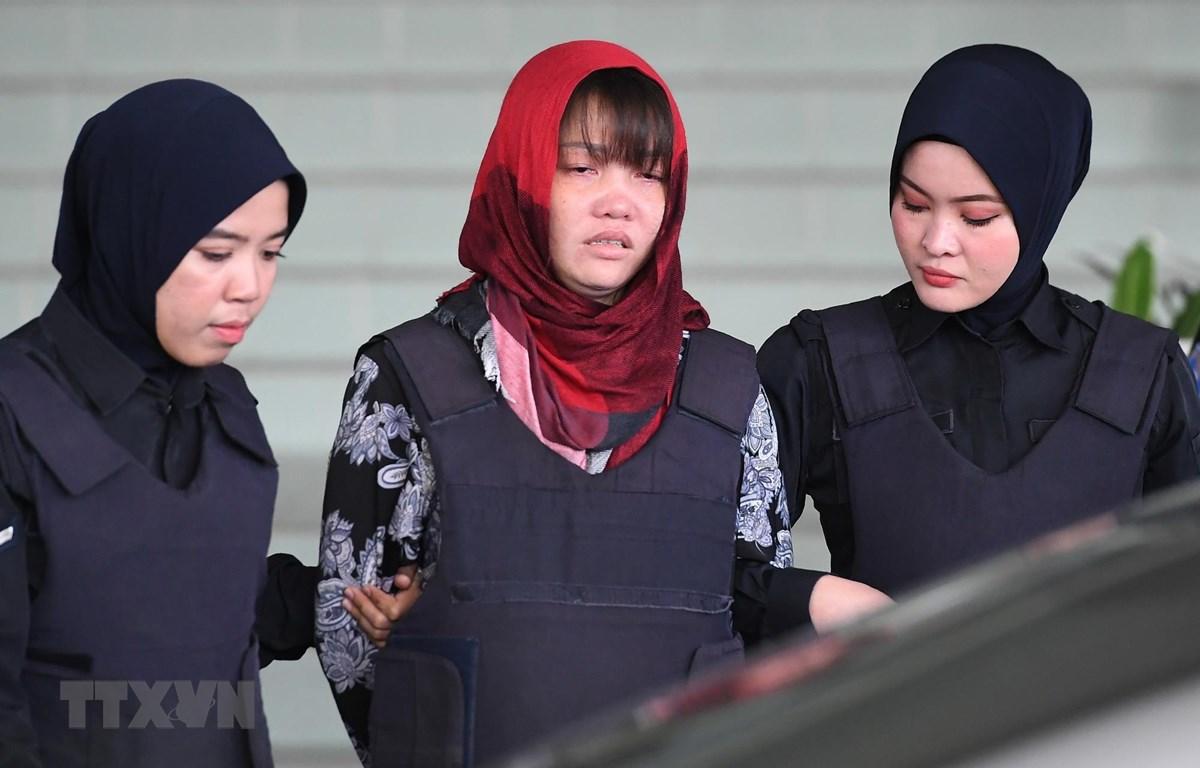Cảnh sát áp giải Đoàn Thị Hương (giữa) rời Tòa Thượng thẩm Shah Alam ở ngoại ô Kuala Lumpur, Malaysia, ngày 14/3/2019. (Ảnh: AFP/TTXVN)