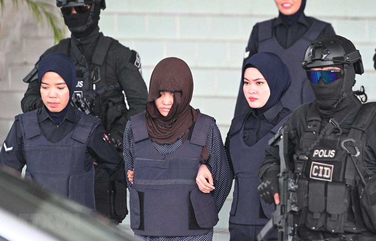 Cảnh sát áp giải Đoàn Thị Hương (giữa) sau phiên xét xử tại Tòa án tối cao Shah Alam, ngoại ô Kuala Lumpur, Malaysia, ngày 11/3/2019. (Ảnh: AFP/TTXVN)