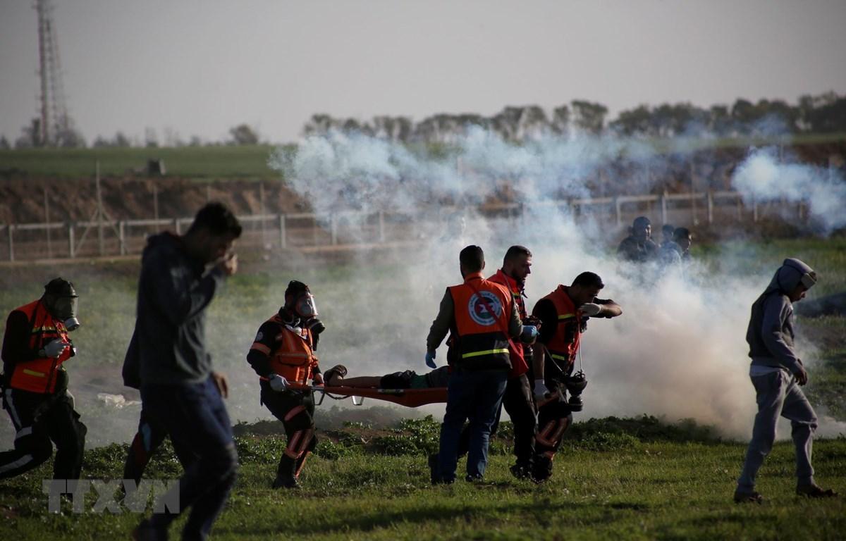Chuyển người biểu tình Palestine bị thương trong cuộc xung đột ở khu vực biên giới Israel-Gaza ngày 8/2/2019. (Ảnh: THX/TTXVN)
