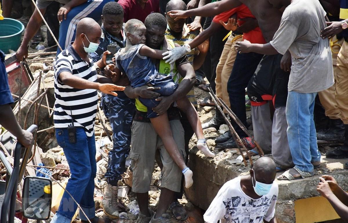 Một em nhỏ được giải cứu tại hiện trường vụ sập nhà ở Lagos, Nigeria, ngày 13/3/2019. (Ảnh: THX/TTXVN)