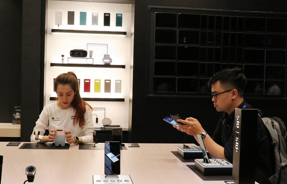 Khách tham quan trải nghiệm các thiết bị thông minh của Samsung tại Showcase. (Ảnh: Tiến Lực/TTXVN)