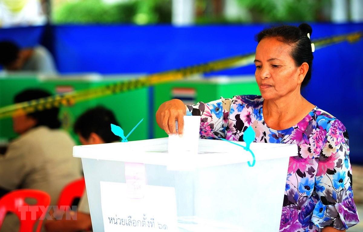 Cử tri Thái Lan bỏ phiếu sớm tại một điểm bầu cử ở Samut Prakan ngày 17/3/2019. (Ảnh: THX/ TTXVN)