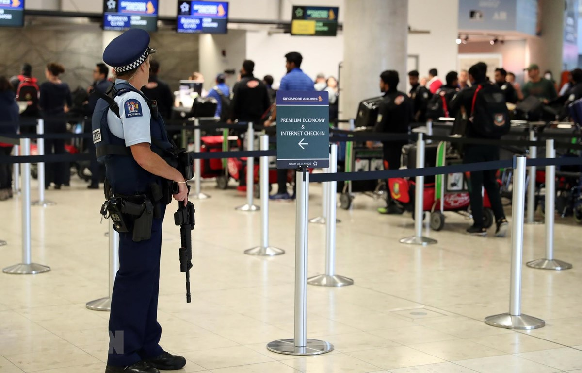 Cảnh sát New Zealand cường an ninh tại sân bay Christchurch, sau vụ xả súng. (Ảnh: AFP/TTXVN)