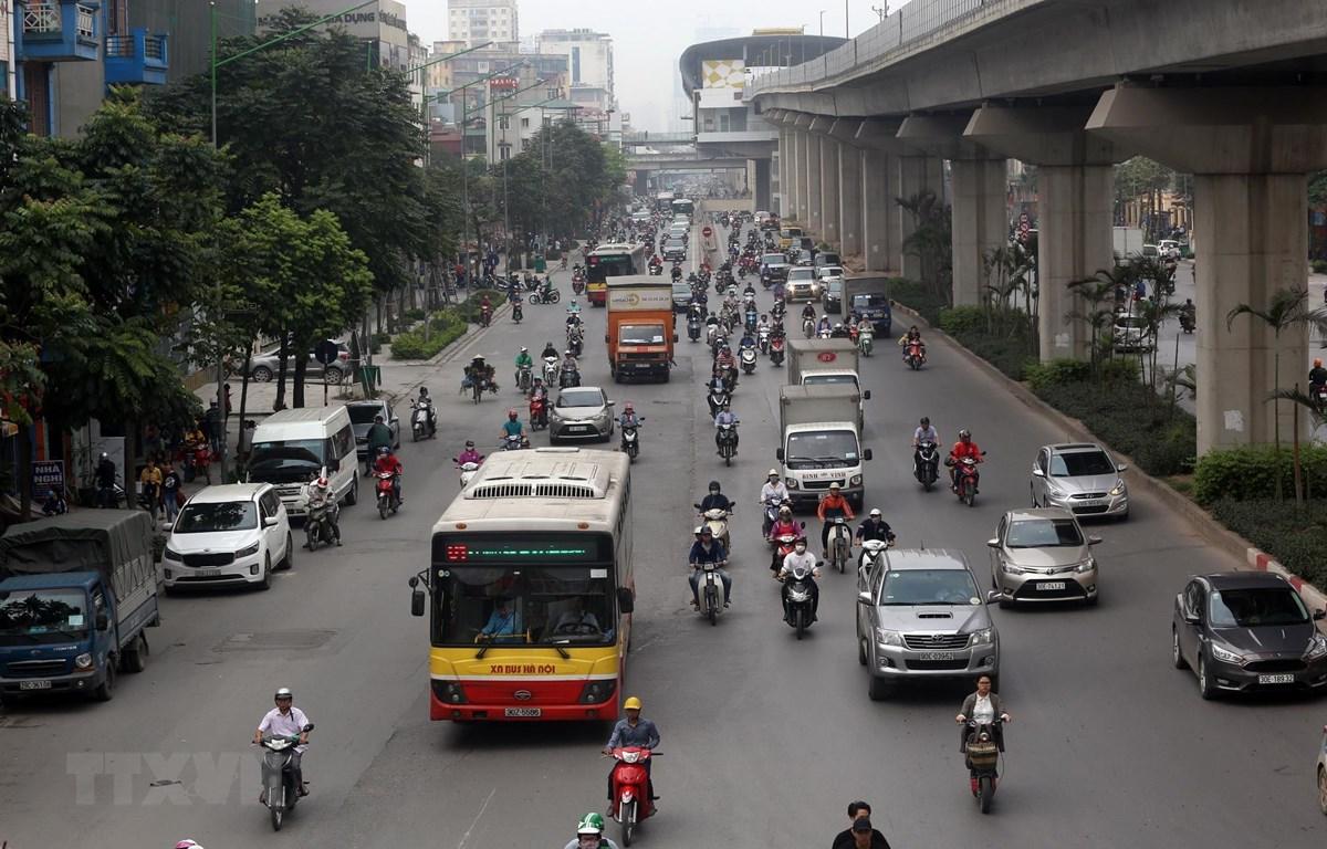 Sẽ có khoảng 30 tuyến xe buýt được tổ chức lại để tăng cường kết nối với 12 nhà ga của tuyến đường sắt Cát Linh-Hà Đông. (Ảnh: Huy Hùng/TTXVN)