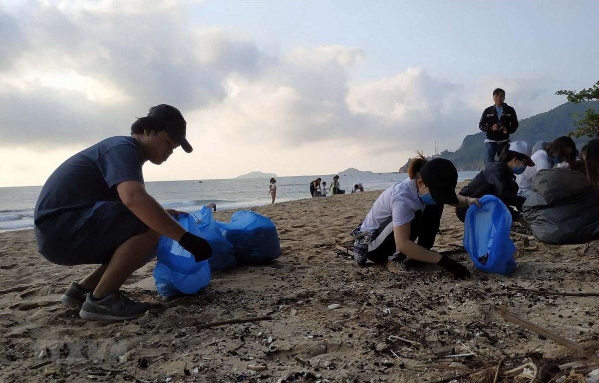 Nhiều bạn trẻ thành phố Quy Nhơn tích cực tham gia dọn rác. (Ảnh: Quốc Dũng/TTXVN)