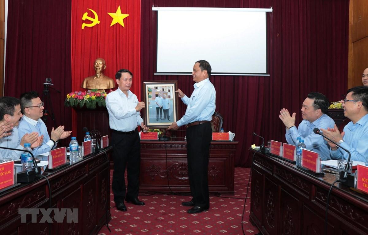 Ông Nguyễn Đức Lợi, Ủy viên Trung ương Đảng, Tổng Giám đốc Thông tấn xã Việt Nam trao tặng bức ảnh cho tỉnh Bắc Kạn. (Ảnh: Vũ Hoàng Giang/TTXVN)