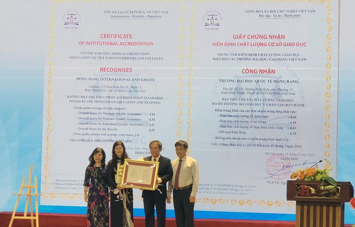 Đại diện HIU nhận Chứng nhận kiểm định chất lượng cơ sở giáo dục. (Nguồn: Vietnam+)