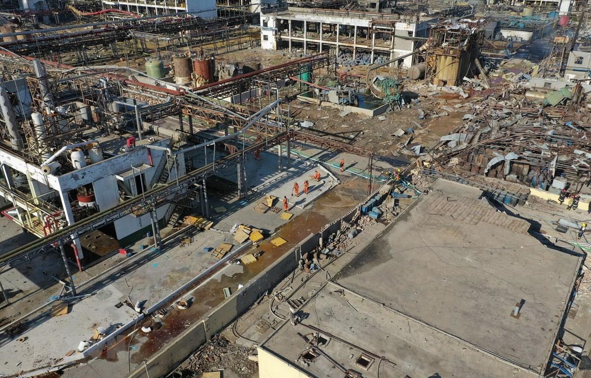 Nhân viên cứu hỏa làm nhiệm vụ tại hiện trường vụ nổ nhà máy hóa chất ở Diêm Thành, Trung Quốc ngày 22/3. (Ảnh: THX/TTXVN)