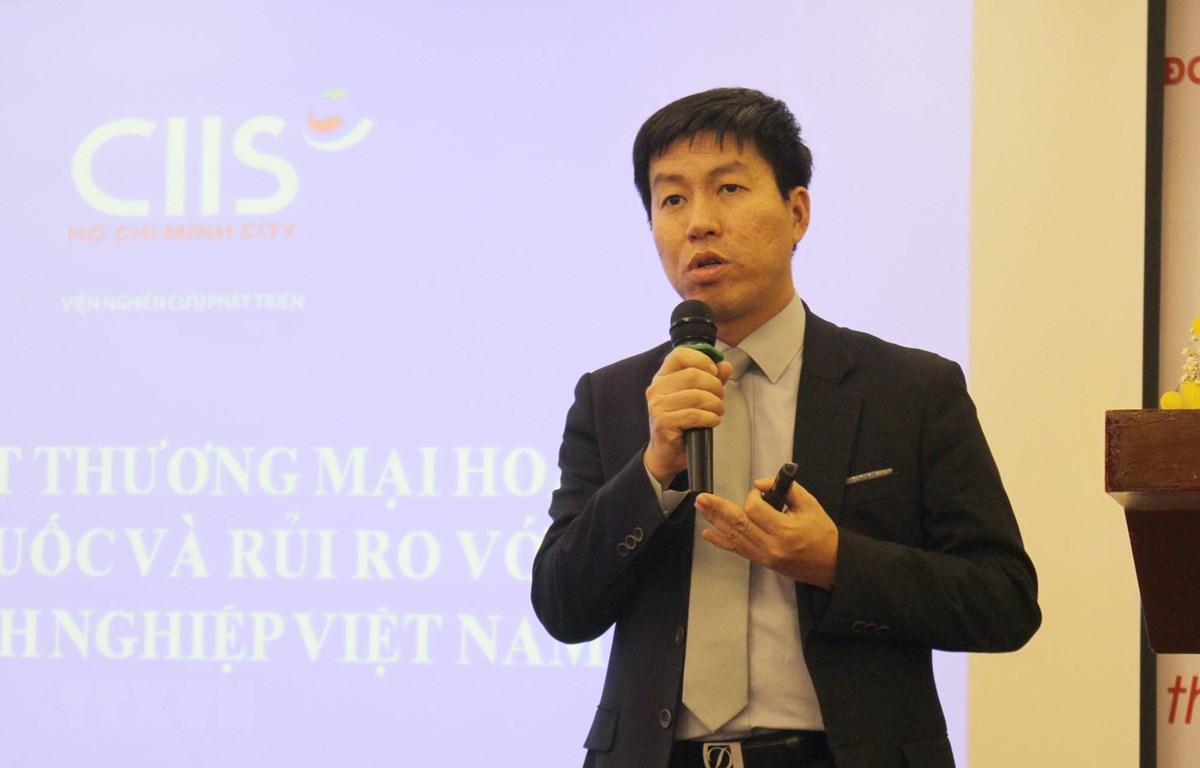 Ông Chu Thắng Trung, Phó Cục trưởng Cục Phòng vệ thương mại, Bộ Công Thương trình bày tham luận tại hội thảo. (Ảnh Xuân Anh/TTXVN)