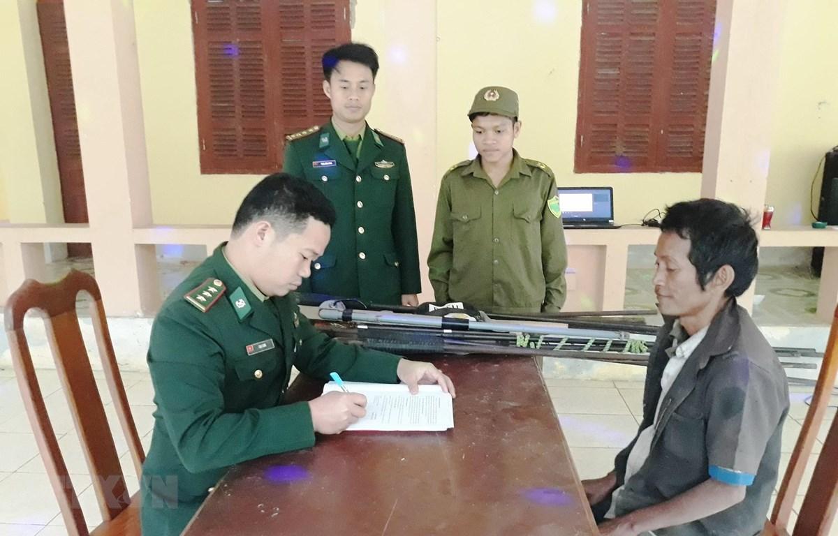 Đồn Biên phòng Cà Xèng, Bộ Chỉ huy Bộ đội Biên phòng Quảng Bình tiếp nhận thông tin, hướng dẫn người dân làm thủ tục giao nộp vụ khí, vật liệu nổ. (Ảnh: Võ Dung/TTXVN)