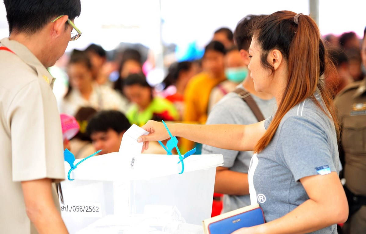 Cử tri Thái Lan bỏ phiếu sớm tại một điểm bầu cử ở Samut Prakan ngày 17/3/2019. (Ảnh: THX/TTXVN)