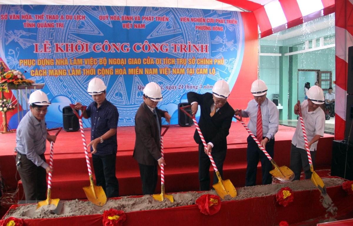 Các đại biểu động thổ khởi công công trình. (Ảnh: Trịnh Bang Nhiệm/TTXVN)