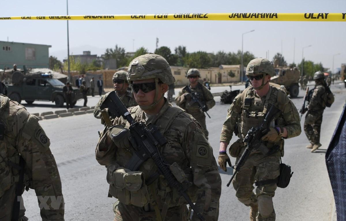 Binh sỹ Mỹ làm nhiệm vụ tại hiện trường một vụ đánh bom xe ở Kabul, Afghanistan, ngày 24/9/2017. (Ảnh: AFP/TTXVN)