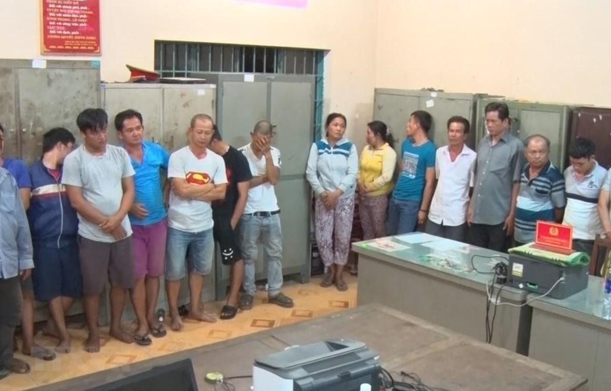 Các đối tượng đánh bạc và tổ chức đánh bạc ở Đồng Nai bị khống chế phục vụ công tác điều tra. (Ảnh: Sỹ Tuyên/TTXVN)