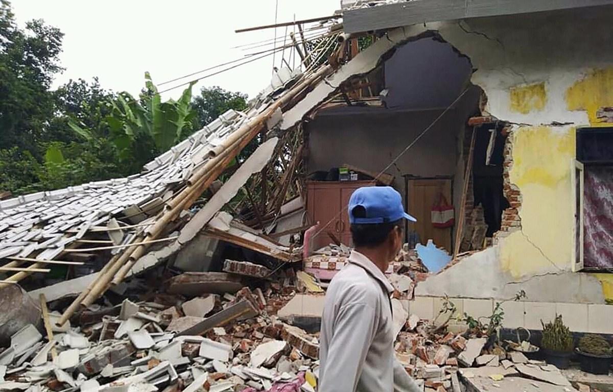 Nhà cửa bị phá hủy trong trận động đất ở Selong, đảo Lombok, Indonesia, ngày 17/3/2019. (Ảnh: AFP/TTVXN)